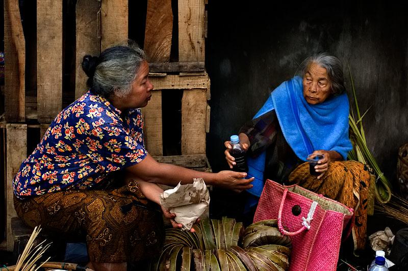 Ubud market friends